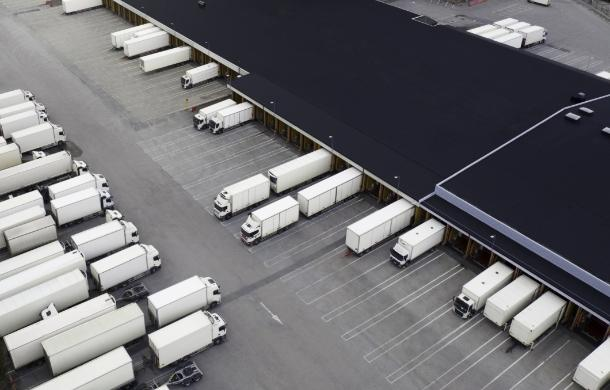Ciężarówki naparkingu