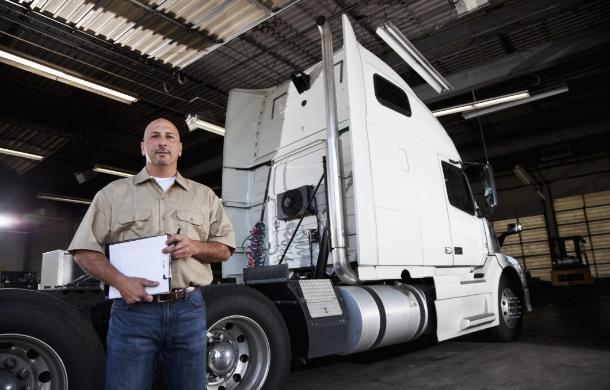 Mężczyzna przy ciężarówce